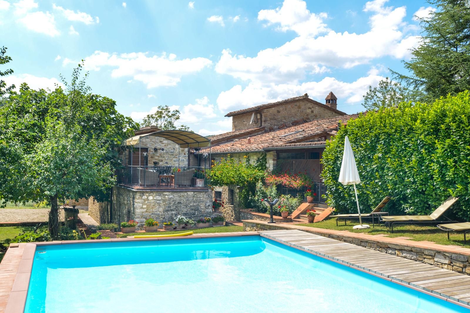 Casa con piscina e giardino privato a pochi passi da for Piani di casa cottage con portici