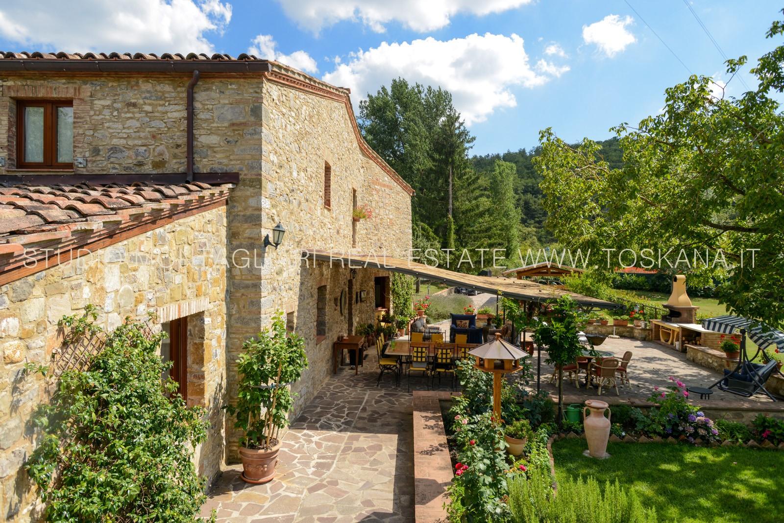 Casa colonica con giardino in vendita a pochi passi da for Case in vendita con casa suocera